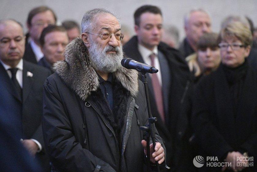 Первый вице-президент РГО Артур Чилингаров выступает на церемонии прощания с дипломатом.