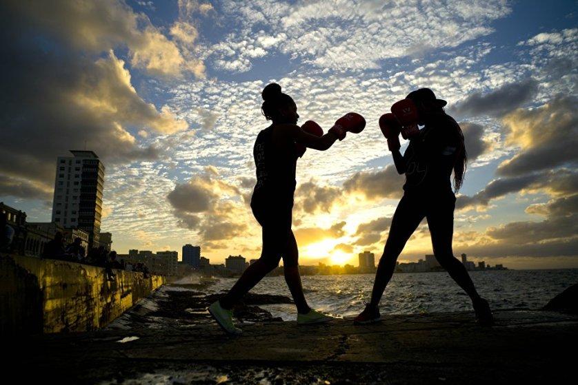 Боксеры Идамелис Морено и Ленис Кала, входящие в женскую сборную Кубы по боксу, во время фотосессии в Гаване.