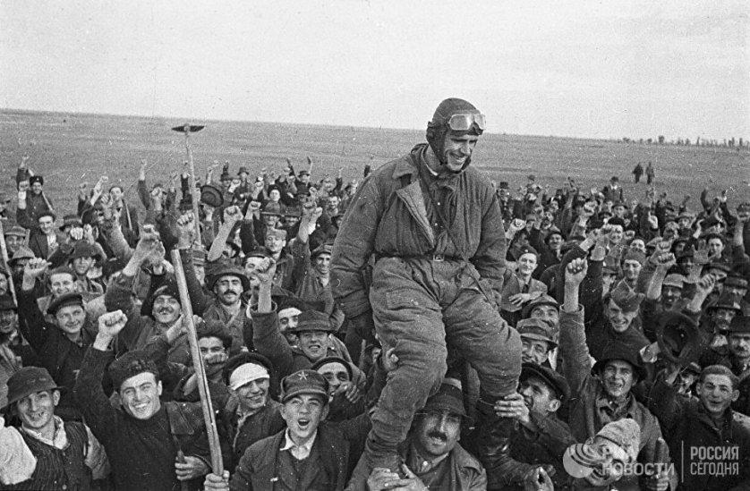 Жители деревни Омолица приветствуют советского летчика Семена Бойко, прилетевшего первым на югославскую землю. 1 октября 1944 года.