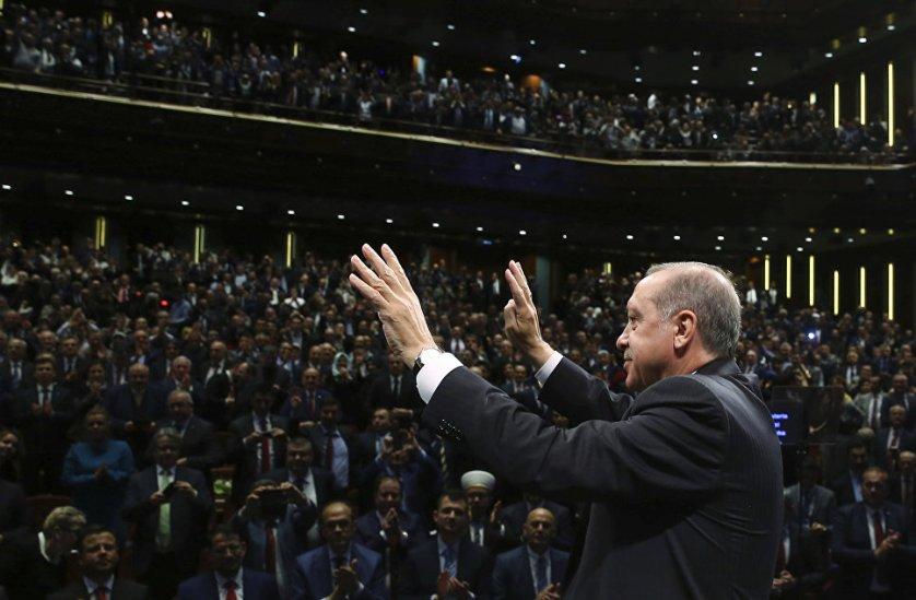 Президент Турции Реджеп Тайип Эрдоган выступает перед представителями групп Балканских мигрантов в Анкаре. 24 марта 2017 года