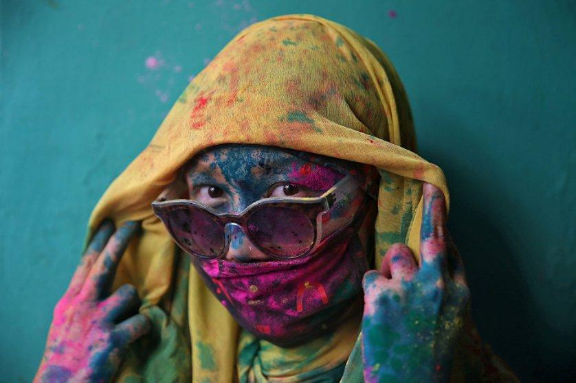 Участница фестиваля Холи, индуистского праздника весны, в городе Барсана, Индия.