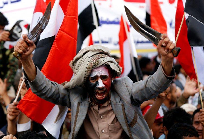Мужчина размахивает кинжалами во время празднования годовщины военного вмешательства коалиции под руководством Саудовской Аравии в Сане, Йемен.