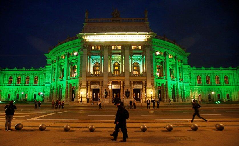 В честь мероприятия Бургтеатр в Вене осветили зелеными огнями.