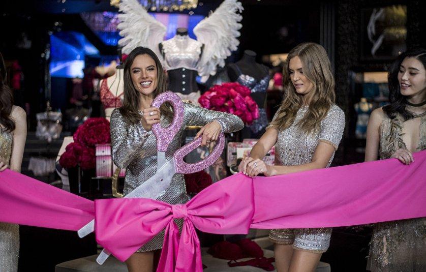 Бразильская модель Алессандра Амбросио принимает участие в торжественном открытии магазина Victoria's Secret в Шанхае.