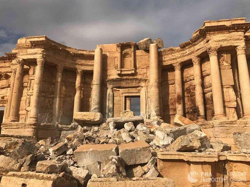 Уходя из Пальмиры, боевики заминировали дороги и здания. Взрывом была полностью разрушена центральная часть сцены амфитеатра Пальмиры.