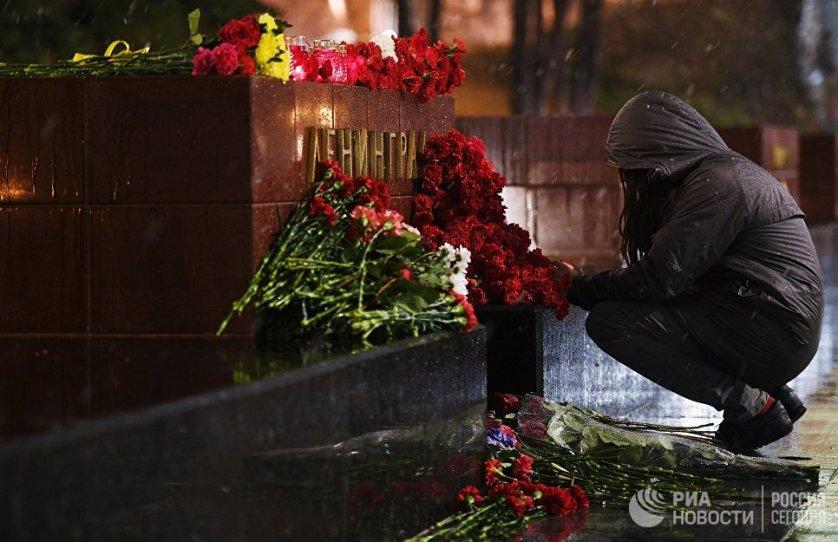 Москвичи несут цветы к мемориалу города-героя Ленинград в Александровском саду, чтобы почтить память погибших при взрыве в петербургском метро.