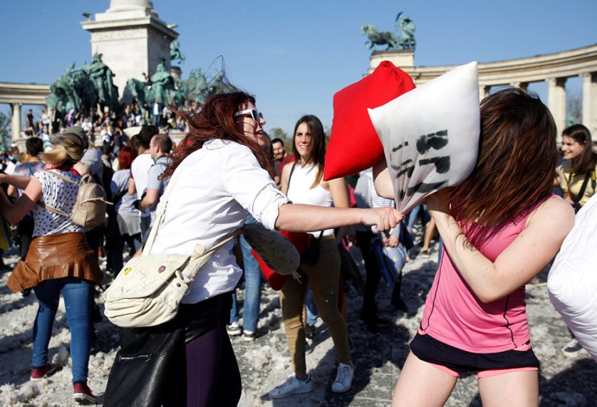 Празднование Дня борьбы на подушках в Будапеште, Венгрия.