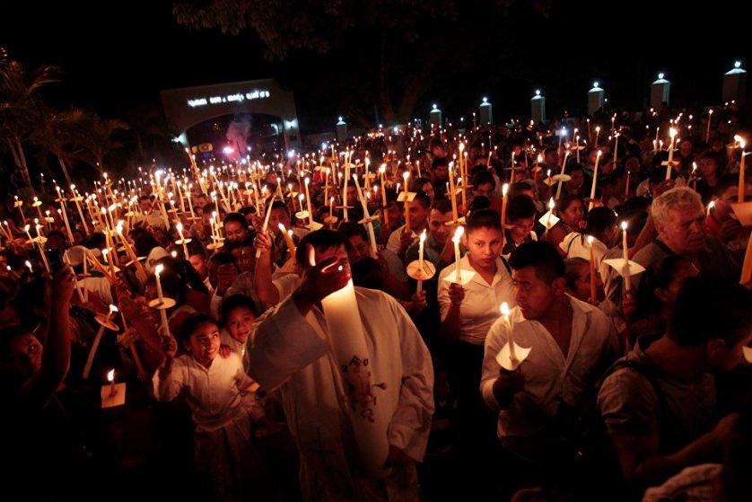 После зажжения нового огня с помощью кресала следует освящение пасхальной свечи и пение гимна Exultet. На фото: богослужение в Сальвадоре.