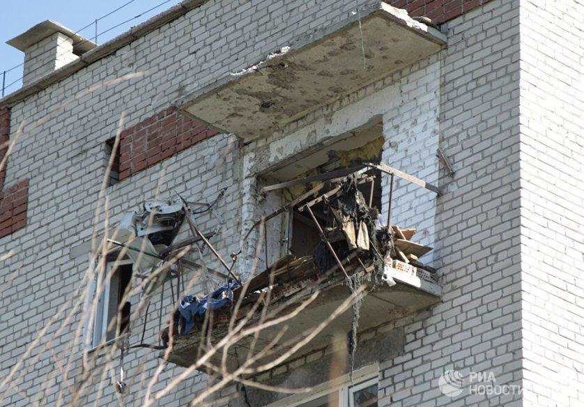 Разрушенный обстрелами балкон в многоквартирном жилом доме на улице Привокзальной.