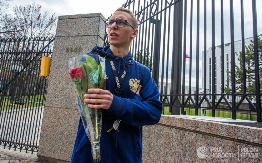 Юноша принес цветы к российскому посольству в США.