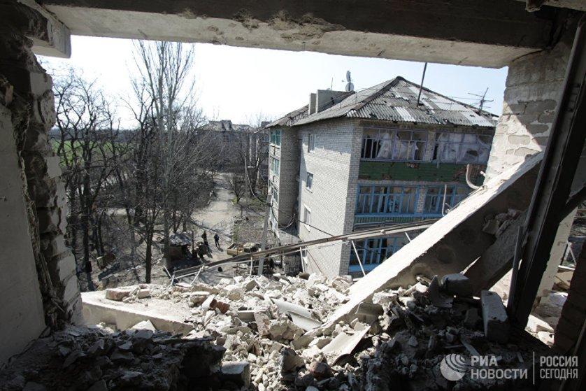 Разрушенный во время обстрелов ВСУ дом на улице Привокзальной в прифронтовом поселке Донецк-Северный в Донецкой области.
