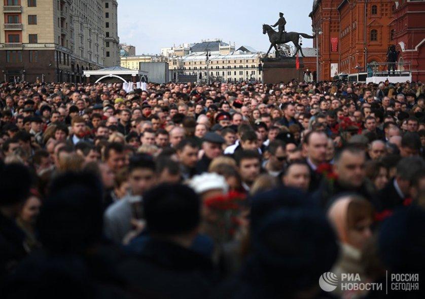 """Участники акции памяти и солидарности """"Питер - Мы с тобой!"""" в Москве."""