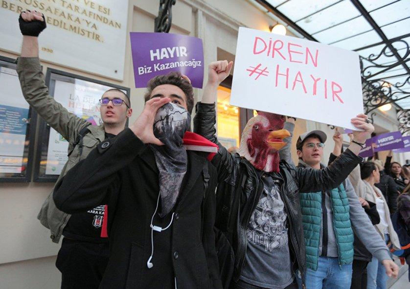 Около тысячи человек протестуют в стамбульском районе Бешикташ.
