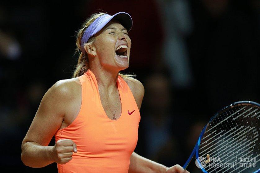 Российская теннисистка Мария Шарапова радуется победе в матче первого круга против итальянки Роберты Винчи на турнире WTA Porsche Tennis Grand Prix 2017 в Штутгарте.