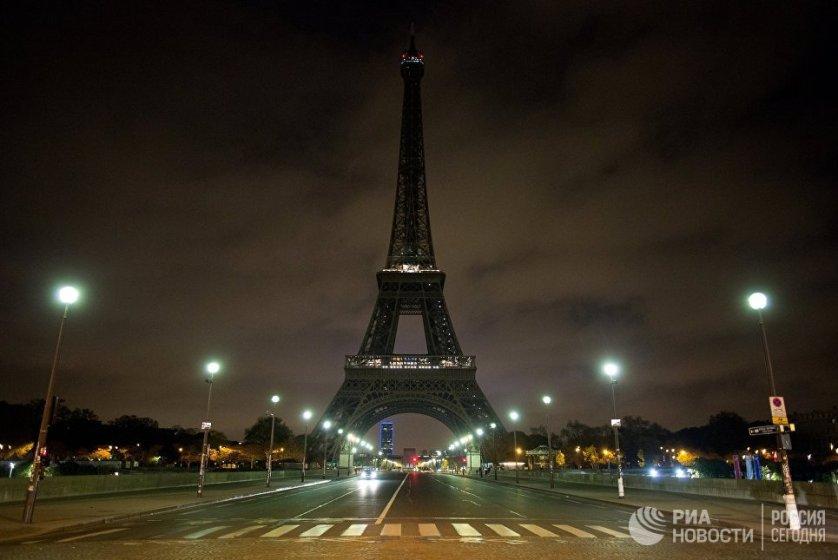 Иллюминация Эйфелевой башни в Париже была отключена в память о погибших в результате взрыва в метрополитене Санкт-Петербурга.