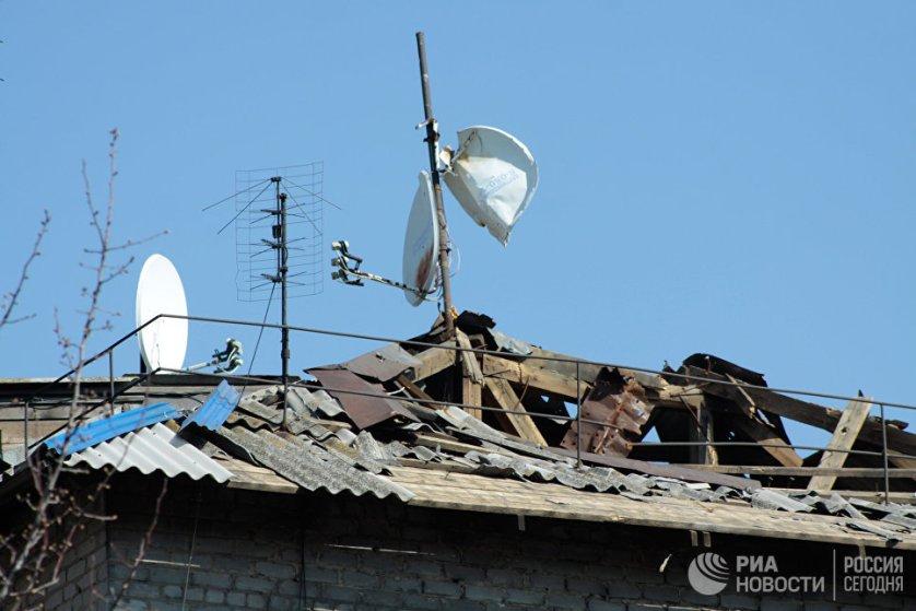 Крыша частного жилого дома, поврежденная во время обстрелов украинскими силовиками.
