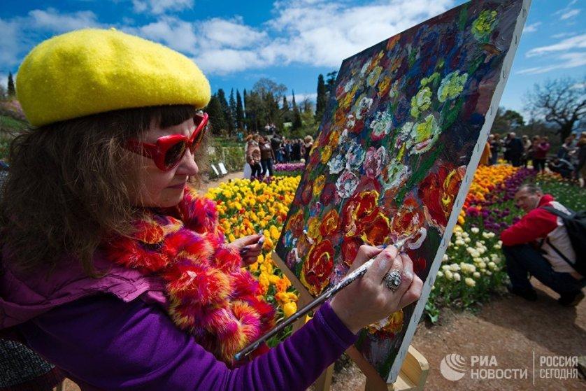 Ботанический сад к открытию парада приготовил подарок художникам. Чтобы попасть на выставку, им достаточно было показать этюдник.
