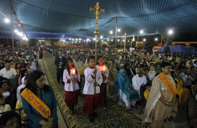 В Пасху, как в важнейший праздник церковного года, совершается особо торжественное богослужение. На фото: богослужение в Пакистане.