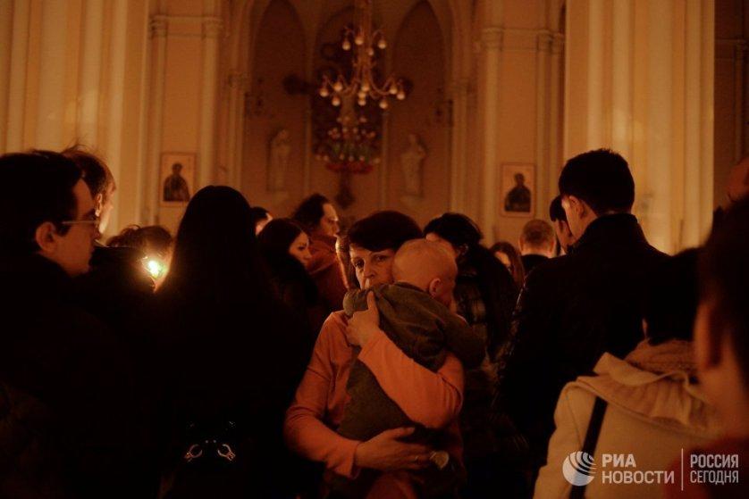 Первоначально смерть и воскресение Христа отмечались еженедельно: пятница была днем поста и скорби, а воскресенье — днем радости. На фото: прихожане в Москве.