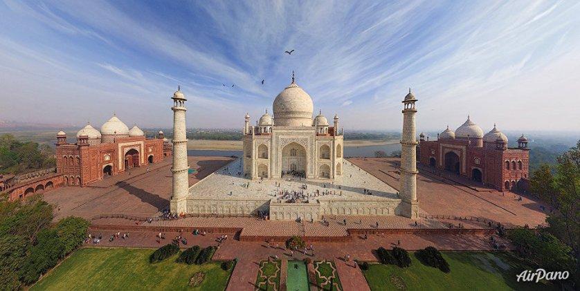 Мавзолей-мечеть Тадж-Махал в Индии.