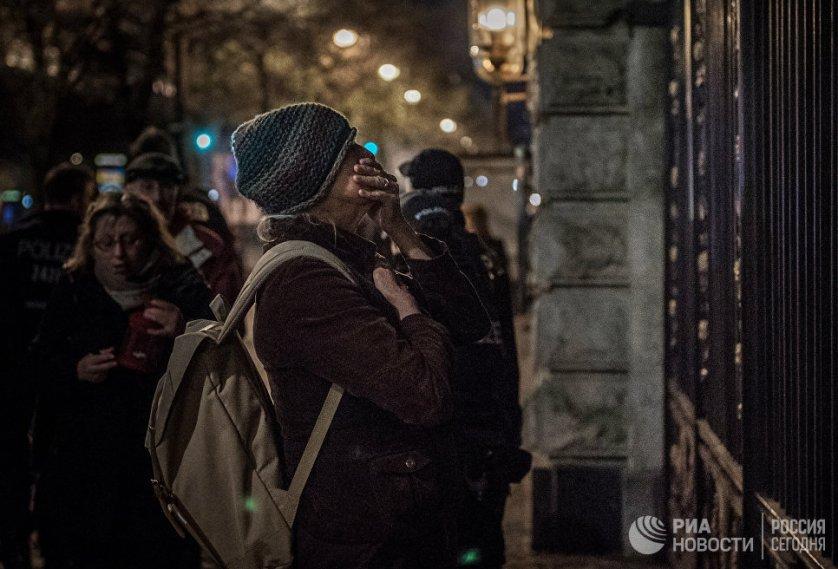 Люди приходят к посольству России в центре Берлина, чтобы почтить память погибших в результате взрыва в Санкт-Петербурге. Первые букеты и свечи появились у ограды дипмиссии спустя несколько часов после известия о трагедии.