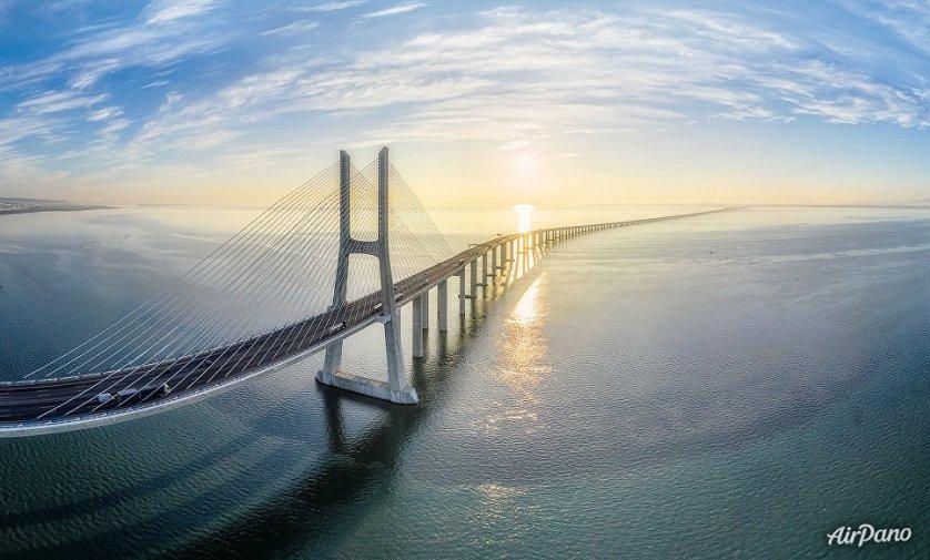 Мост Васко да Гама в Лиссабоне, Португалия.