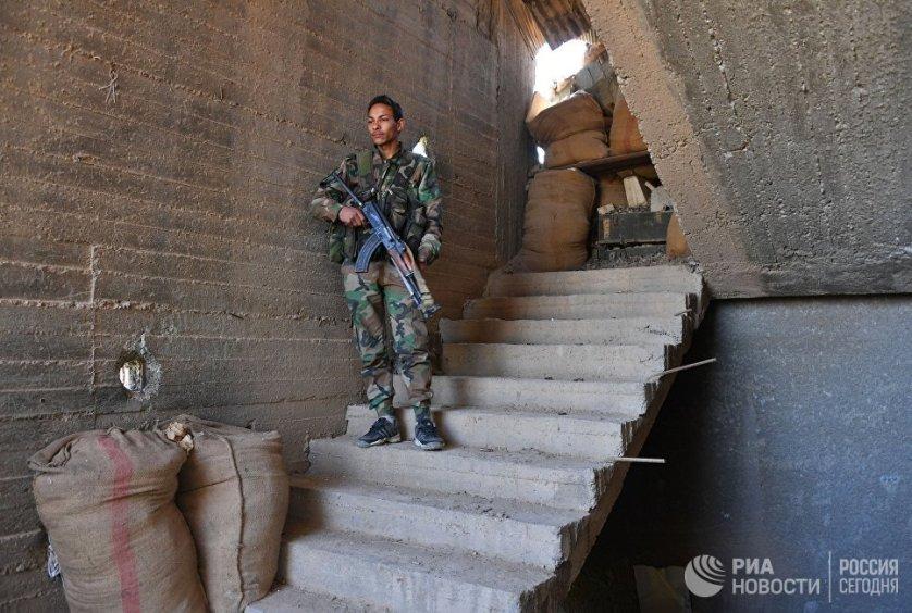 Правительственная армия ведет ожесточенные бои с боевиками, которые периодически пытаются захватить военный аэропорт Дейр-эз-Зор.
