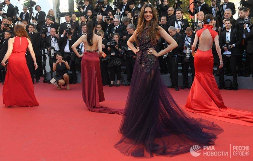 Индийская актриса Дипика Падуконе дебютировала на красной дорожке в полупрозрачном платье от Marchesa Notte.