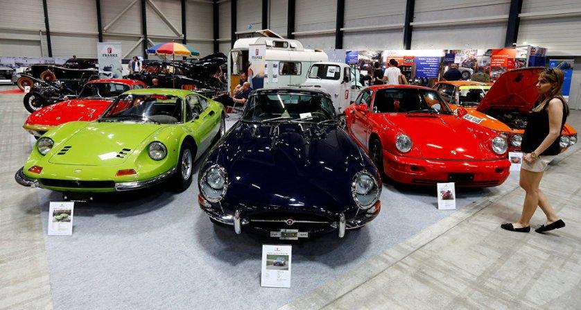 Выставка классических автомобилей в Люцерне объединяет на одной площадке продавцов, покупателей, реставраторов и просто любителей ретро-машин. На фото: 1972 Ferrari Dino 346 GT (L) 1972 года и Jaguar E-Type FHC серии 1 3.8 (C) 1962 года.