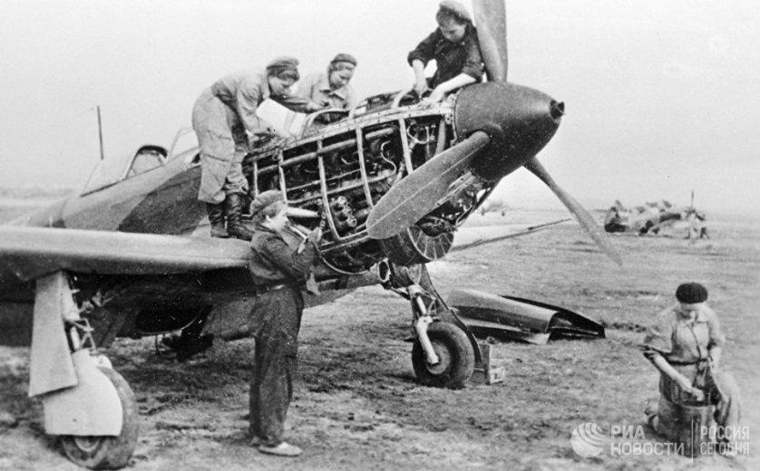 Женские авиационные соединения были созданы по приказу Народного комиссариата обороны СССР 8 октября 1941 года. 586 истребительный полк был сформирован под командой знаменитой летчицы Марины Расковой. Полк принимал участие во всех основных сражения Великой Отечественной войны.