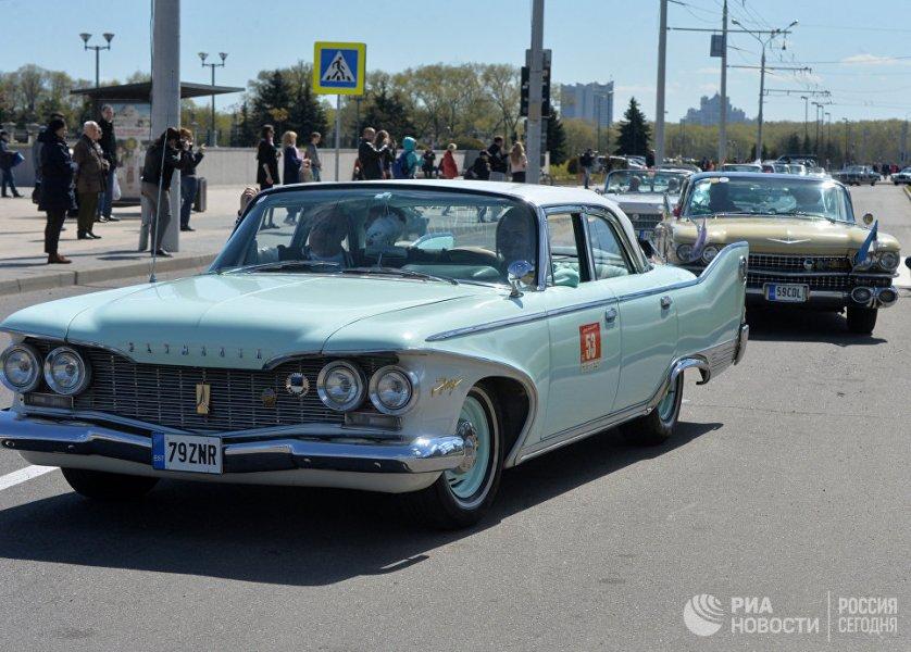 Торжественное открытие фестиваля состоялось на площади Государственного флага. Там же развернулась экспозиция ретроавтомобилей.