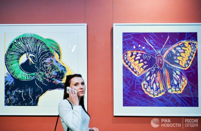 """Выставка работ Энди Уорхолла """"Вымирающие виды"""" в Дарвиновском музее во время международной акции """"Ночь музеев""""."""