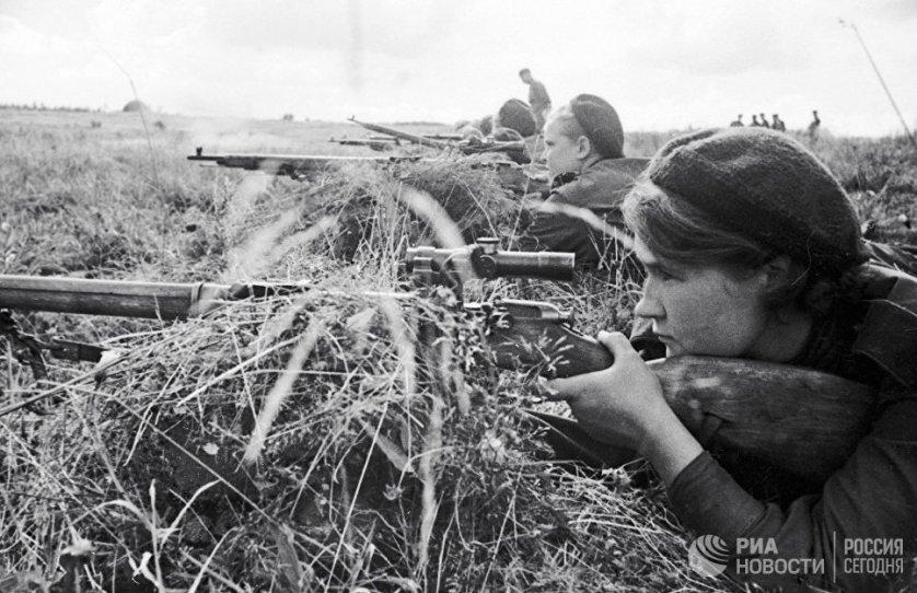 """Снайпер Люба Макарова на слете снайперов 3-ей ударной армии Калининского фронта. Ей посвящена книга Константина Лапина """"Девушка с винтовкой""""."""