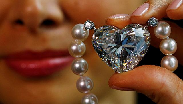 На аукционе в Женеве бриллиант в форме сердца продали за $15 миллионов