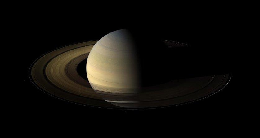 Сатурн, наполовину подсвеченный Солнцем в день солнцестояния