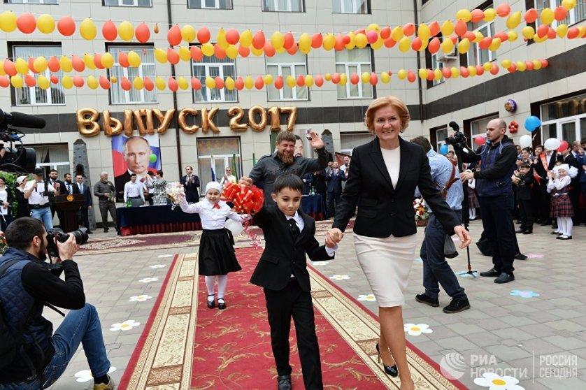 Заместитель председателя правительства РФ Ольга Голодец и глава Чеченской Республики Рамзан Кадыров на последнем звонке в гимназии № 1 в Грозном.