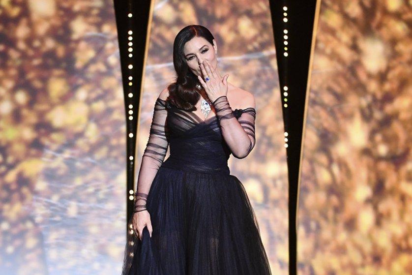 Ведущая церемонии открытия фестиваля стала Моника Беллуччи. Актриса появилась перед публикой в полупрозрачном платье от Dior, дополнив его крупным бриллиантовым ожерельем.