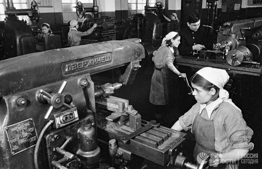 Всю войну у станков на машиностроительных заводах женщины работали по две и даже по три смены в день.