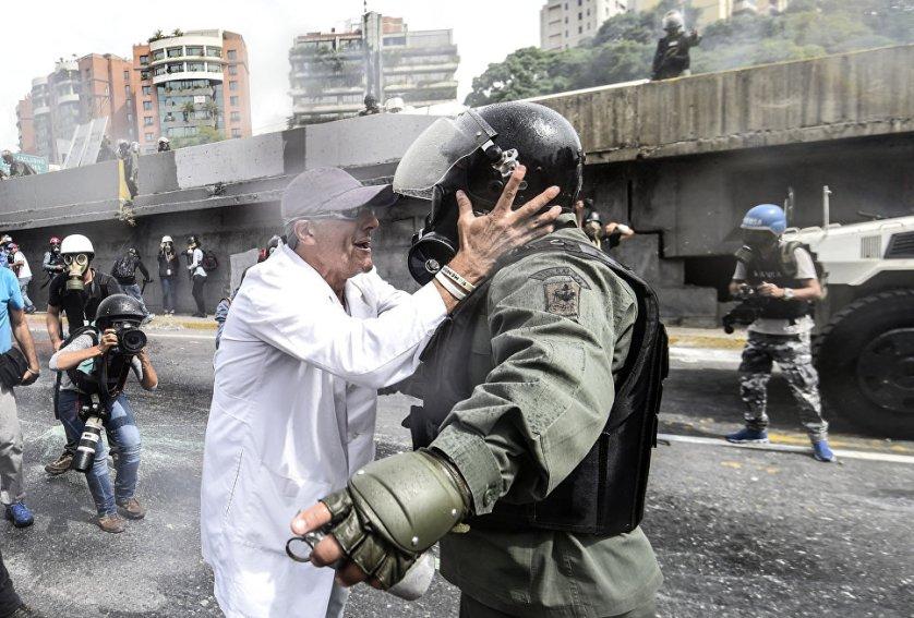 Врачи приняли участие в уличных протестах против правительства Николаса Мадуро в Каракасе, Венесуэла.