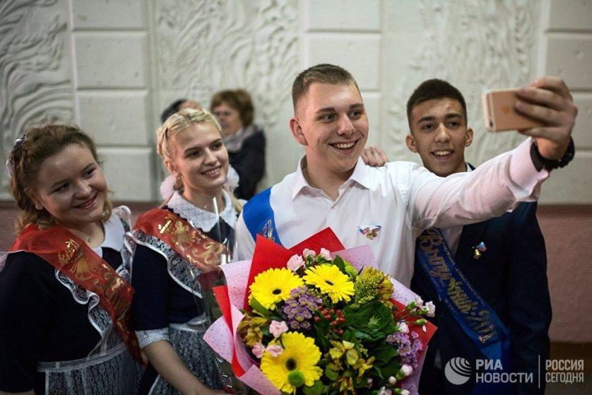 Школьники во время последнего звонка в гимназии № 9 в Омске.