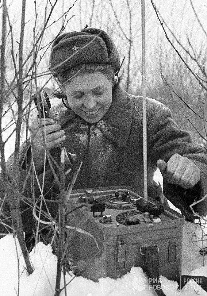 Тысячи девушек на войне работали связистками. В полной выкладке с комплектом оборудования они, как и санинструкторы, передвигались на переднем крае линии фронта.