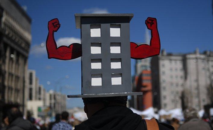 Участник митинга против сноса пятиэтажек в Москве, который проходит на проспекте Академика Сахарова.