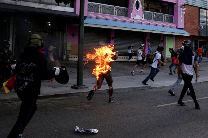 Участники протестов в Каракасе подожгли человека, обвиняя его в воровстве.