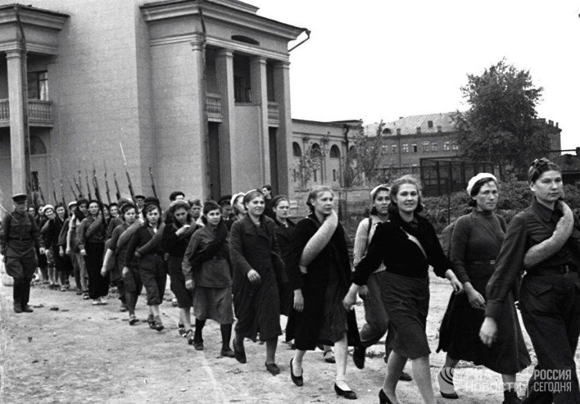 Многие женщины во время войны проходили воинскую подготовку наравне с мужчинами. Всего за годы Великой Отечественной войны всевобуч (всеобщее военное обучение) прошли около 10 миллионов советских граждан. Правда женское ополчение рассматривалось как крайнее средство борьбы с врагом.