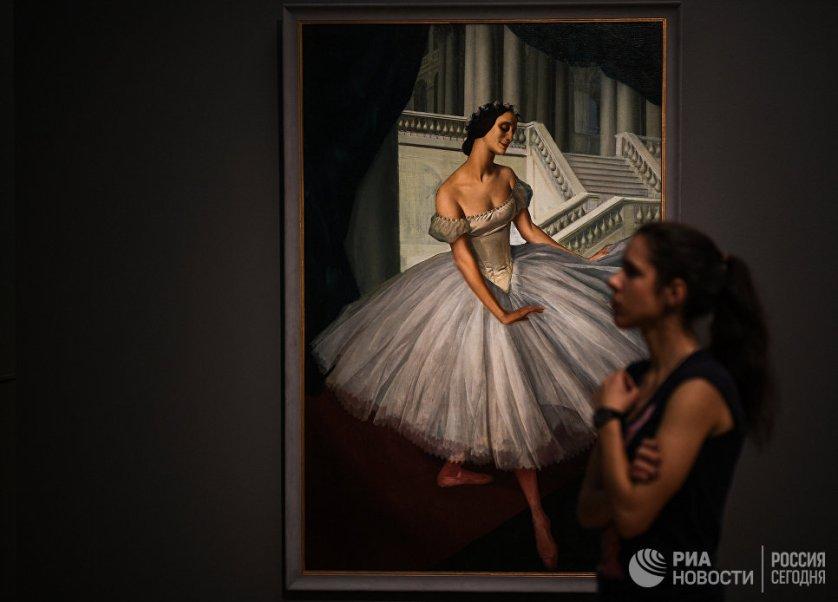 """Посетительница на выставке """"Искусство двадцатого века"""" в Третьяковской галерее."""