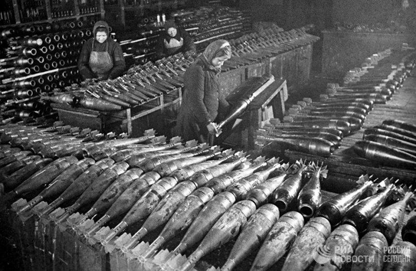 В тылу женщинам приходилось не намного легче, чем на фронте. Работать на заводах приходилось и за себя, и за ушедшего на фронт мужчину.