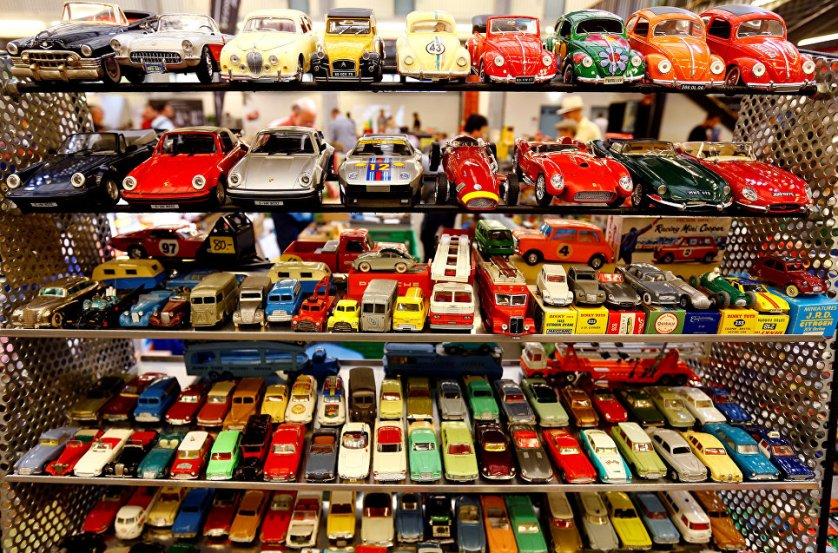 Игрушечные ретро-машинки на выставке классических автомобилей в швейцарском Люцерне.