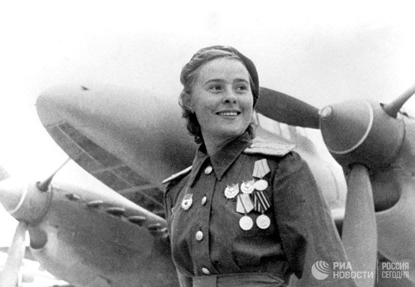 Сформированный Мариной Расковой 125-й женский авиаполк, в отличие от 586-го, был бомбардировочным соединением. Его летчицы использовали пикирующие бомбардировщики Пе-2 и за годы войны сбросили на противника более 800 тонн бомб. На фото: Герой Советского Союза заместитель командира эскадрильи 125-го гвардейского авиаполка Мария Долина.