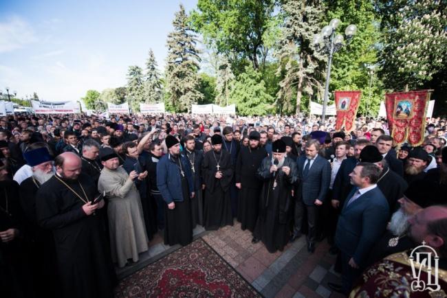 Молитвенное стояние у стен украинского парламента собрало 10 тыс. верующих.