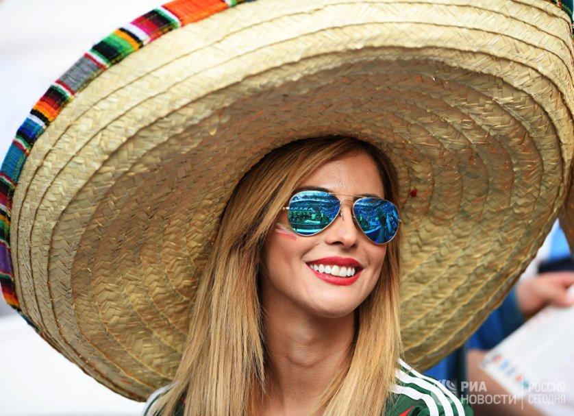 Мексиканская болельщица перед началом матча Кубка конфедераций-2017 по футболу между сборными Португалии и Мексики.